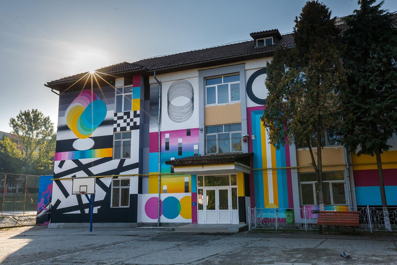 Artă în curtea școlii – Lăsați artiștii stradali să coloreze Clujul