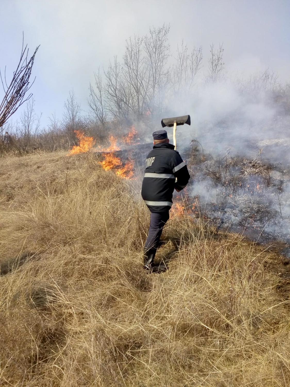 Pompierii clujeni se confruntă cu creștere semnificativă a incendiilor de vegetație