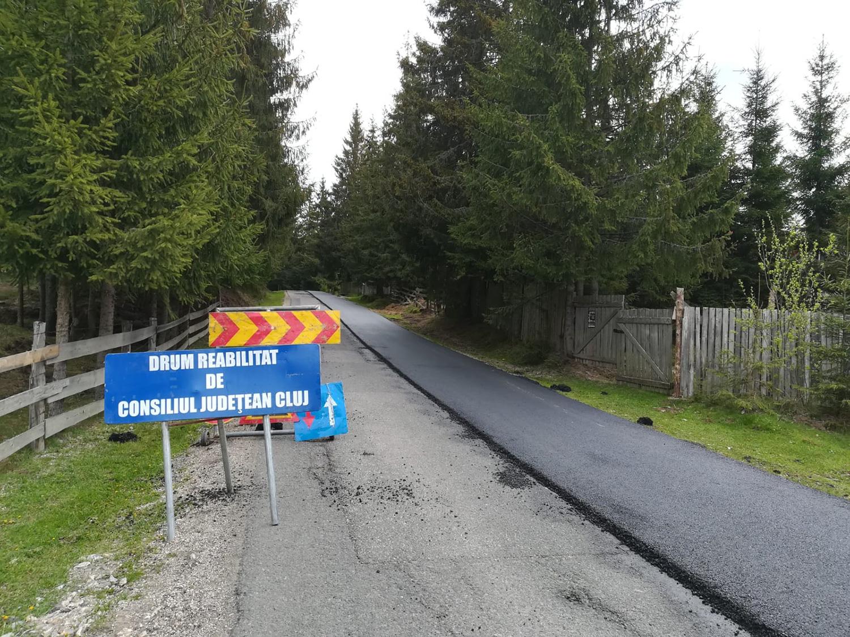 Pe drumul județean 107P Mărișel – DN 1R au demarat lucrări de întreținere cu asfaltare pe sectoare