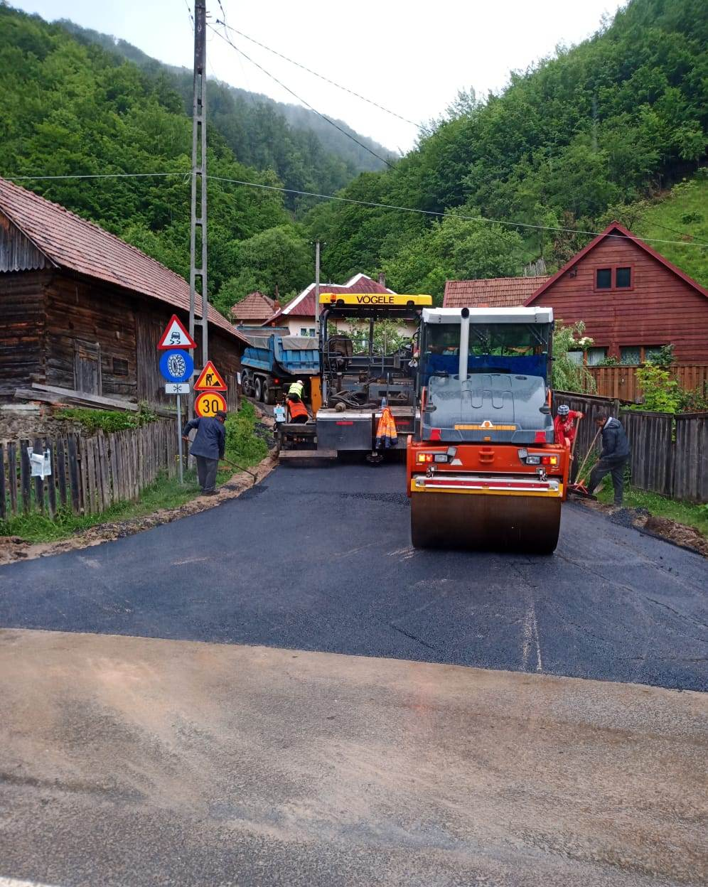 A demarat asfaltarea sectorului de drum județean Mărişel – Măguri Răcătău
