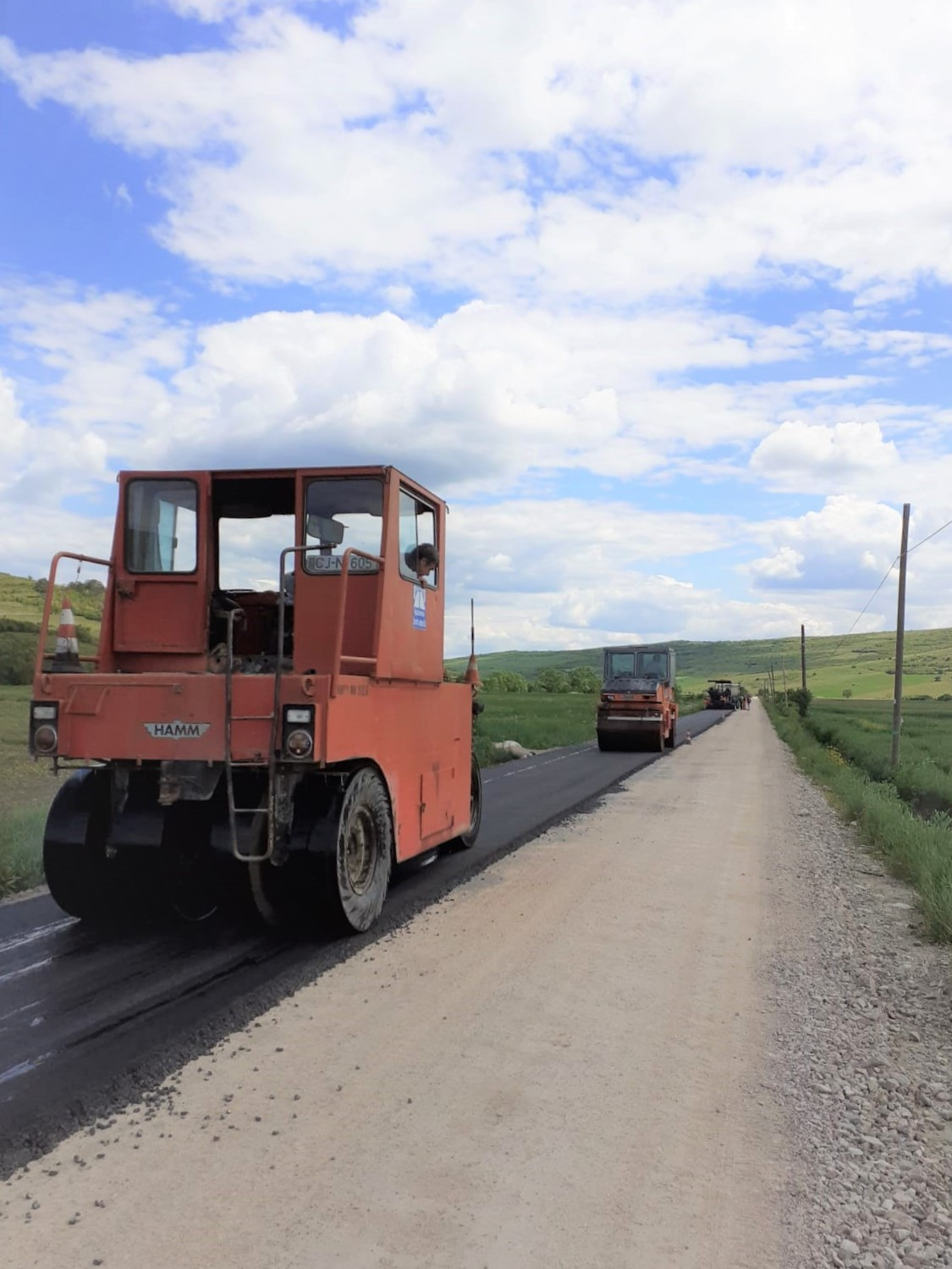 Lucrările de modernizare pe drumul judeţean 161C Iclod – Aluniş – Corneni au intrat în faza de asfaltare