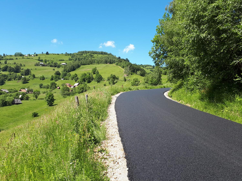 A fost finalizată asfaltarea drumului județean ce leagă Mărişelul de Măguri Răcătău