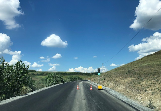 A început asfaltarea pe drumul județean 161 G - Drumul Bistriței