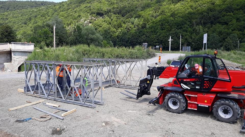 Au început lucrările de instalare a unui pod metalic provizoriu pe Drumul Apusenilor, în localitatea Valea Drăganului