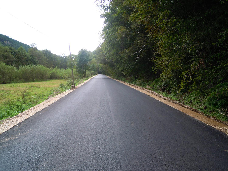 Începe asfaltarea unui sector al drumului județean 103K Căpușu Mare - Râșca