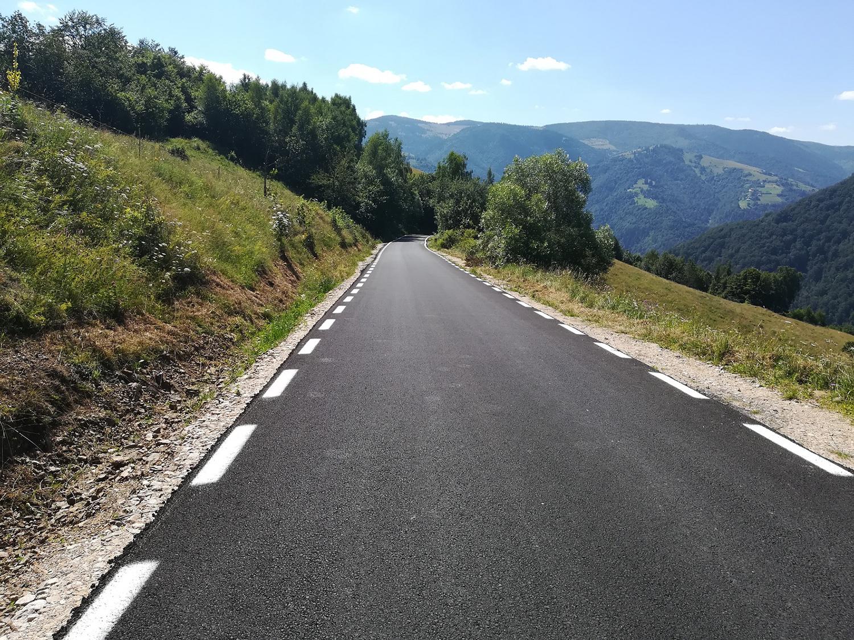 Lucrări de marcaje rutiere în lungime de peste 225 de kilometri, pe 13 sectoare de drumuri județene