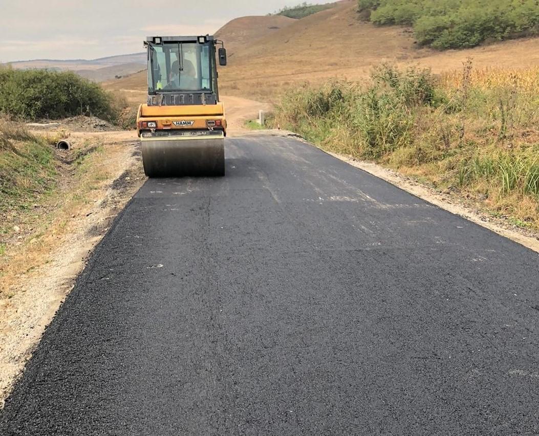 Lucrările de întreținere pe drumul județean 161J (DN 16) – Roșieni au intrat în faza de asfaltare